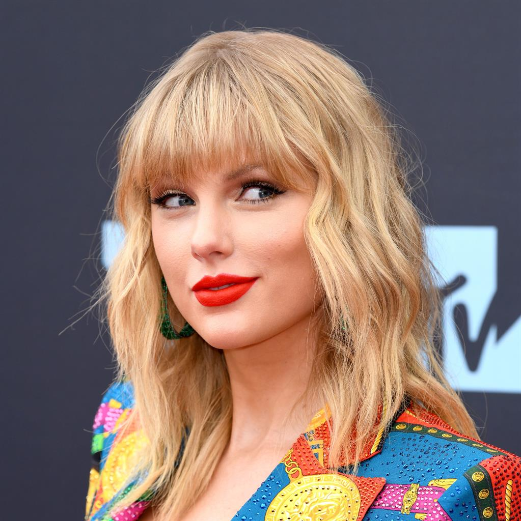 Taylor Swift Gifts $13000 To Two Mothers Struggling To Pay Rent