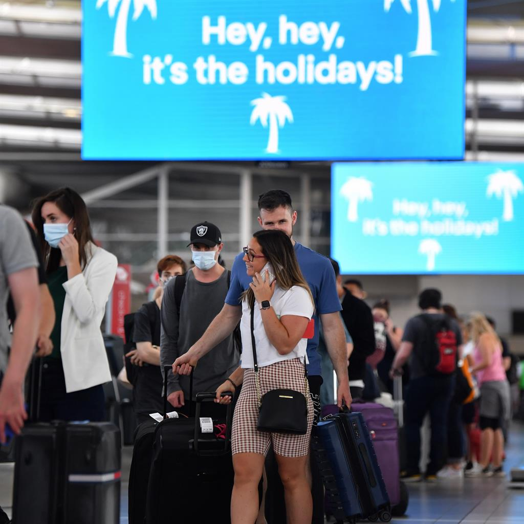 Exodus: Travellers line up for domestic flights from Sydney PICTURE: EPA